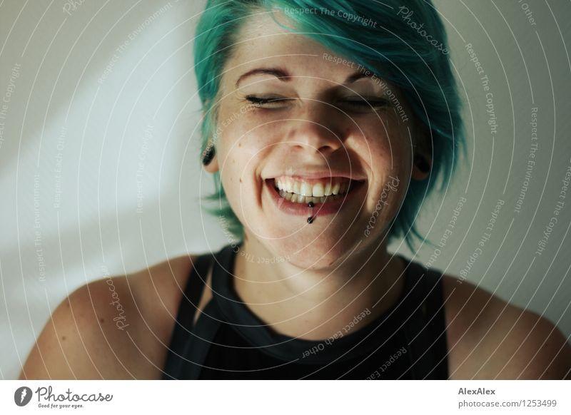 mit Grübchen! Junge Frau Jugendliche Haare & Frisuren Gesicht 18-30 Jahre Erwachsene Piercing türkis Lächeln lachen ästhetisch authentisch außergewöhnlich