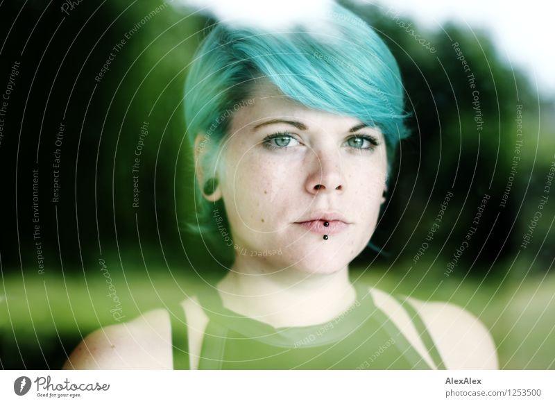 hinter Glas Wohnung Garten Junge Frau Jugendliche Haare & Frisuren Gesicht 18-30 Jahre Erwachsene Landschaft Schönes Wetter Fenster Piercing türkis