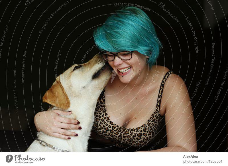 ... der will nur spielen! Junge Frau Jugendliche Haare & Frisuren Dekolleté 18-30 Jahre Erwachsene Leoprint Top Brille türkis Hund Labrador Küssen Lächeln