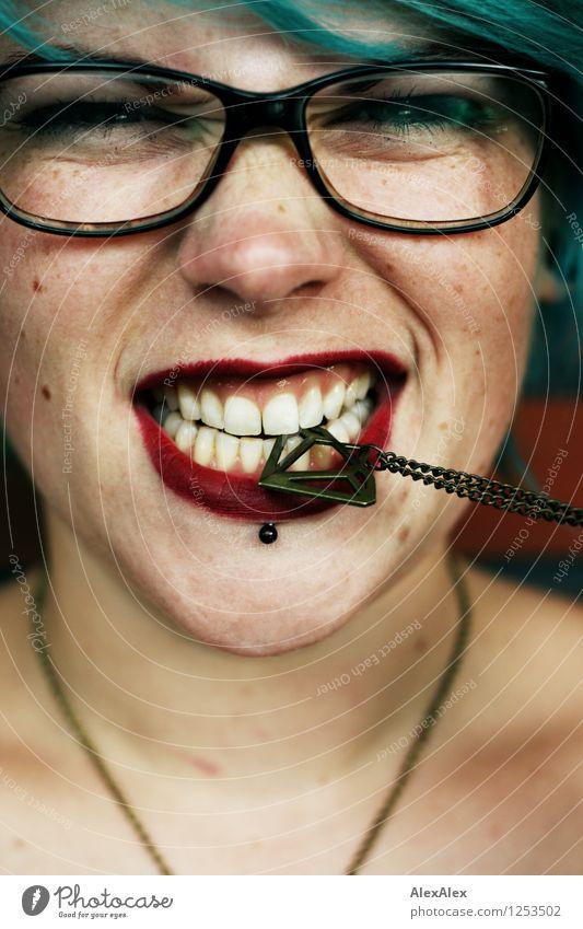 hat Biss! Junge Frau Jugendliche Gesicht 18-30 Jahre Erwachsene Schmuck Brille Haare & Frisuren türkis rote Lippen Lippenstift Lächeln Aggression ästhetisch