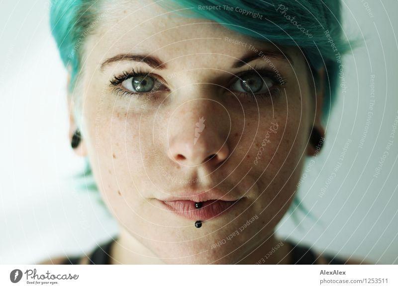 direkt Junge Frau Jugendliche Haare & Frisuren Gesicht 18-30 Jahre Erwachsene Piercing Punk türkis beobachten Kommunizieren ästhetisch authentisch