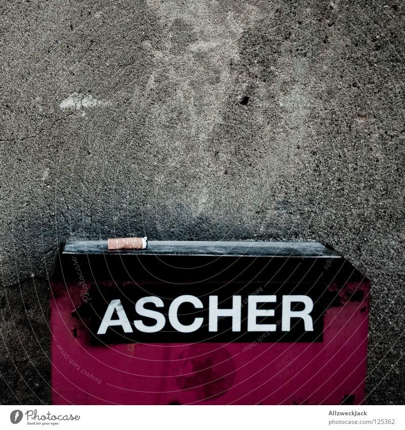 Spuren eines Rauchers Wand grau Freizeit & Hobby dreckig Schriftzeichen Buchstaben Suche Dinge Rauchen Müll genießen Putz Zigarette Ekel Teer hässlich