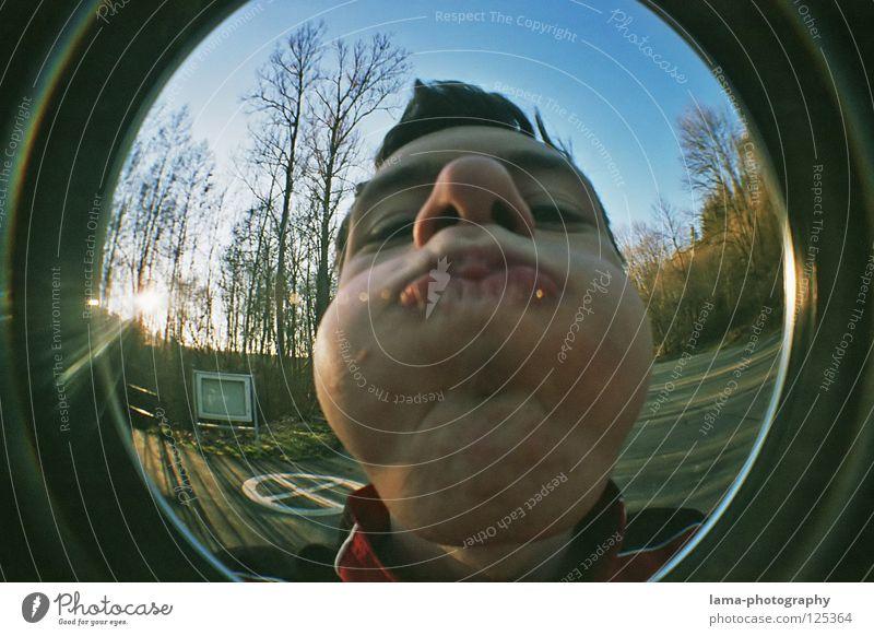 [150] DICKE BACKEN MACHEN Himmel Natur Jugendliche Mann Baum Freude lustig Spielen Kopf Aktion Mund verrückt Nase Kreis rund Kugel