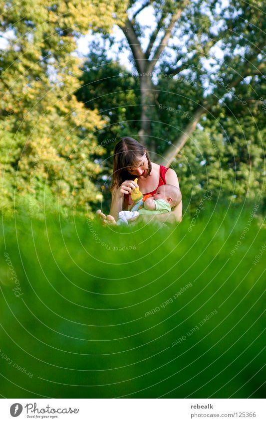 Mutterglück Frau Mensch Kind Natur Jugendliche grün Baum Freude Erwachsene Liebe feminin Wiese Gras Glück Familie & Verwandtschaft Freizeit & Hobby