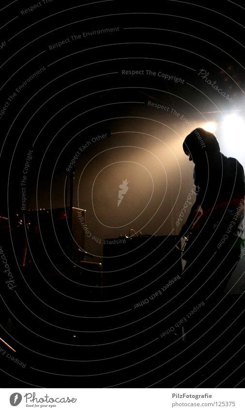 So jung kommen wir nicht mehr zusammen Mann weiß schwarz Lampe dunkel Musik Stimmung braun Beleuchtung Ende heiß Hose Konzert Gitarre Hemd Bühne