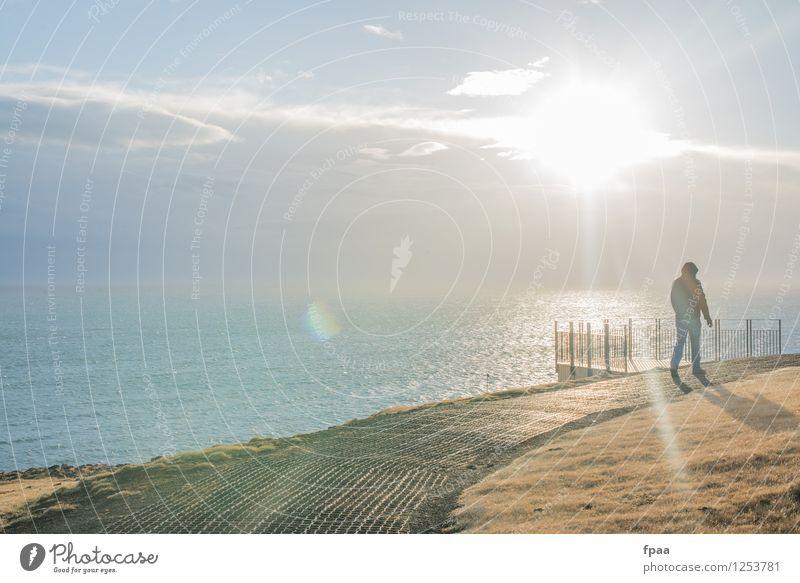 Mann am Meer Mensch Himmel Natur Ferien & Urlaub & Reisen Jugendliche blau Wasser Sonne Landschaft Wolken Ferne 18-30 Jahre kalt Erwachsene Umwelt