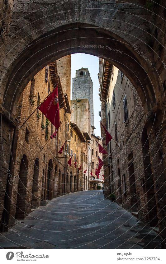 morgens um 8.00 Uhr Ferien & Urlaub & Reisen alt Sommer Haus Wand Straße Wege & Pfade Gebäude Mauer Fassade Tourismus Italien Turm historisch Vergangenheit