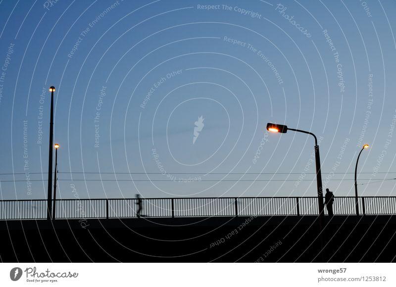 Spät dran Stadt blau dunkel schwarz Deutschland stehen laufen Europa Fitness Brücke Straßenbeleuchtung Abenddämmerung Brückengeländer Sport-Training Sportler