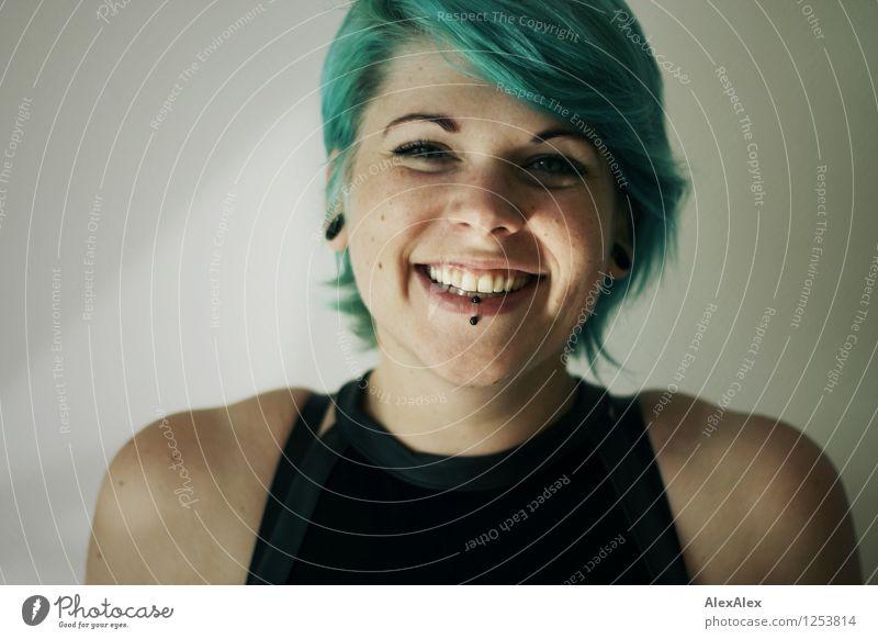 ja! schön Haare & Frisuren Gesicht Junge Frau Jugendliche Kopf Grübchen 18-30 Jahre Erwachsene Top Piercing türkis Lächeln lachen ästhetisch außergewöhnlich