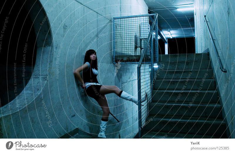 halt Frau blau schön Einsamkeit Ferne Straße feminin kalt dunkel Wand Schuhe warten Beton Treppe Kreis