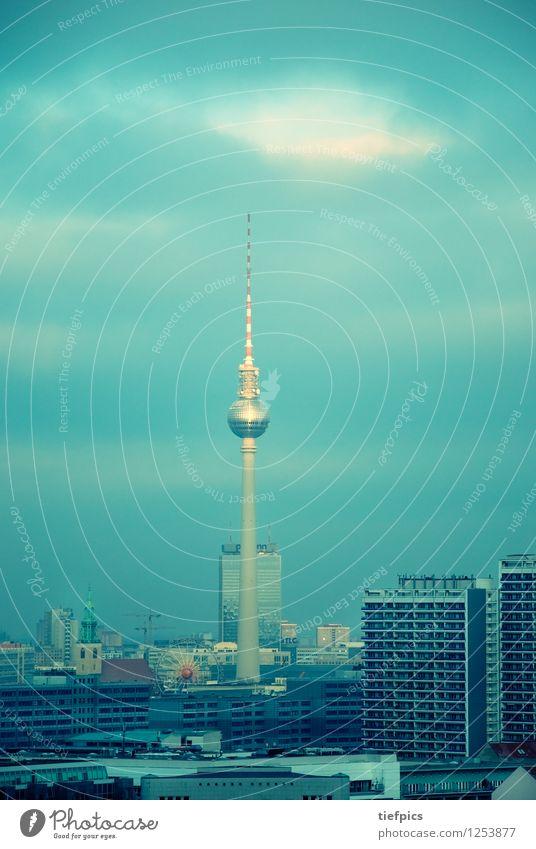 Berlin Fernsehturm Stadt Skyline Hochhaus Gebäude Architektur Fassade retro blau grün fernsehturm ddr mitte park inn Gedeck farben Plattenbau platte Sozialismus