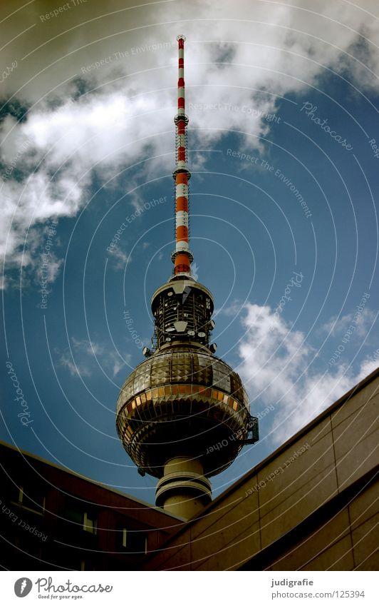 Kleiner Scherz Kunst Wahrzeichen Antenne Überwachung gestreift rot weiß Wolken Stadt Momentaufnahme Plattenbau Neubau Denkmal Farbe Berlin Hauptstadt