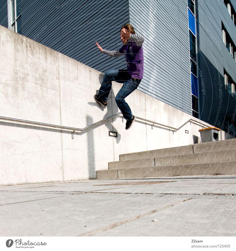 wallride Mensch Mann blau Wand Architektur Mauer Stil Zufriedenheit gehen laufen Treppe maskulin modern Geschwindigkeit Bodenbelag Ecke