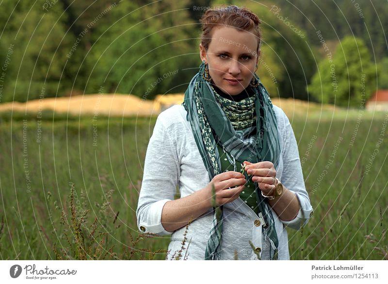 Tonia Stil Körper Wohlgefühl Zufriedenheit ruhig Mensch feminin Junge Frau Jugendliche 1 18-30 Jahre Erwachsene Umwelt Natur Landschaft Farn Feld Wald Stadtrand
