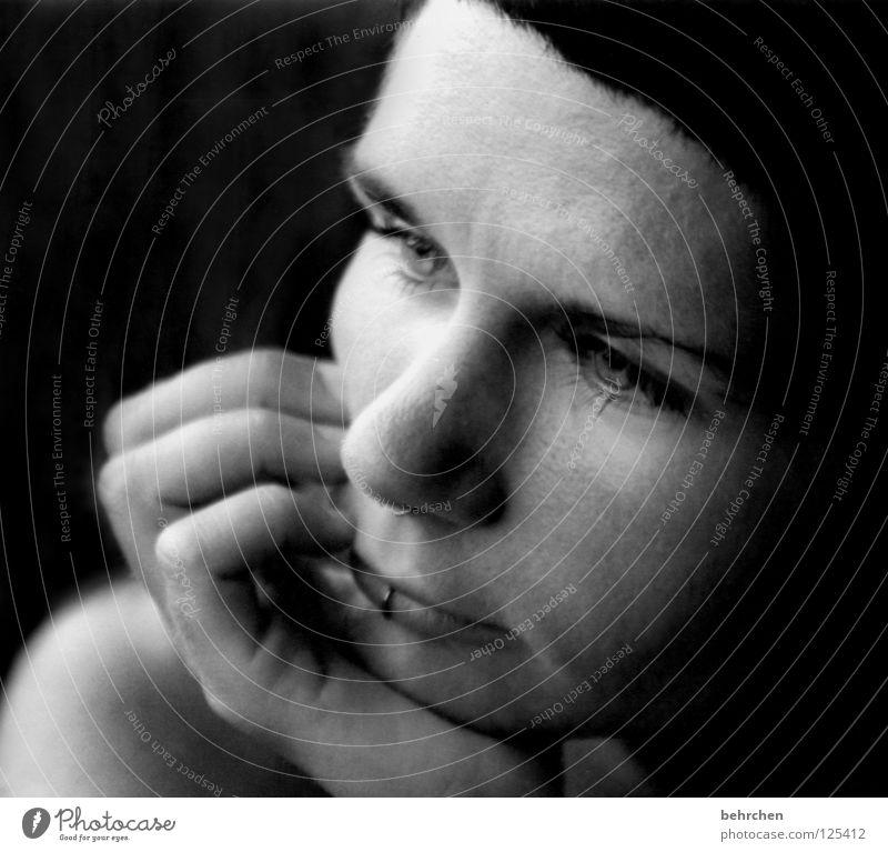 träumen Frau Mensch Hand weiß Gesicht schwarz Auge Gefühle Denken Mund Nase Finger Konzentration Piercing verträumt