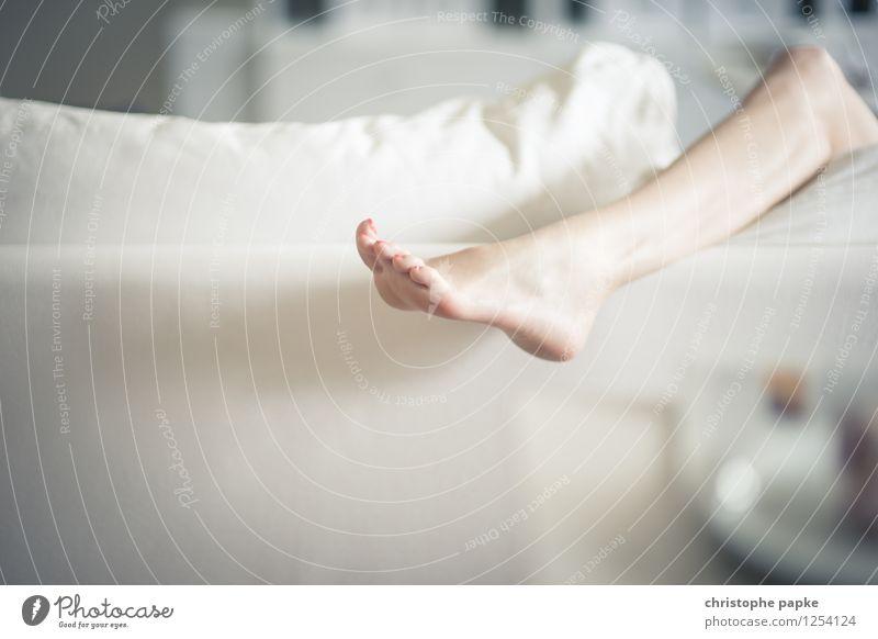 hang-over Lifestyle Freizeit & Hobby Häusliches Leben Wohnung Möbel Sofa Wohnzimmer feminin Frau Erwachsene Beine Fuß 1 Mensch Erholung hängen Erotik Barfuß