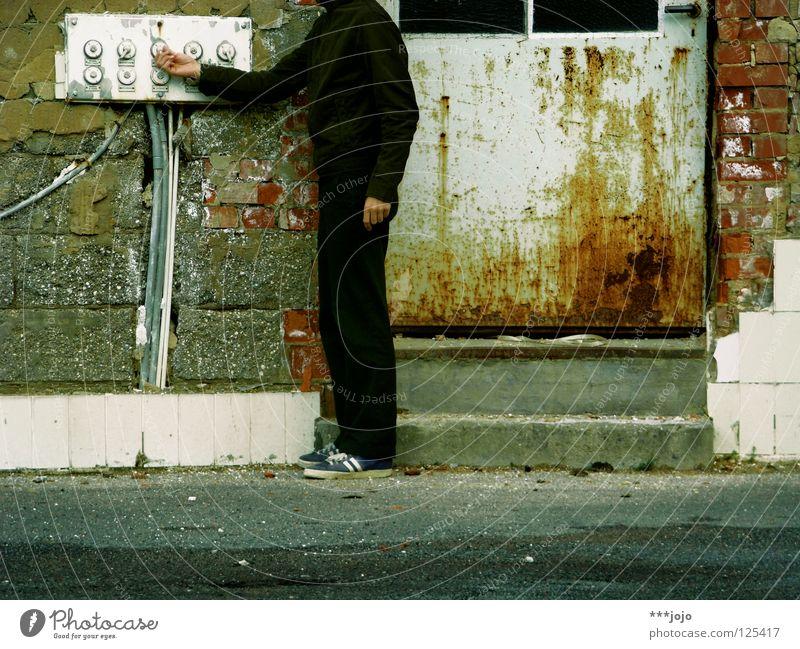 nur nicht den kopf verlieren. Mann dreckig Ruine kaputt Selbstportrait Vergänglichkeit verfallen Schalter dienen fällen Elektrisches Gerät Sechziger Jahre