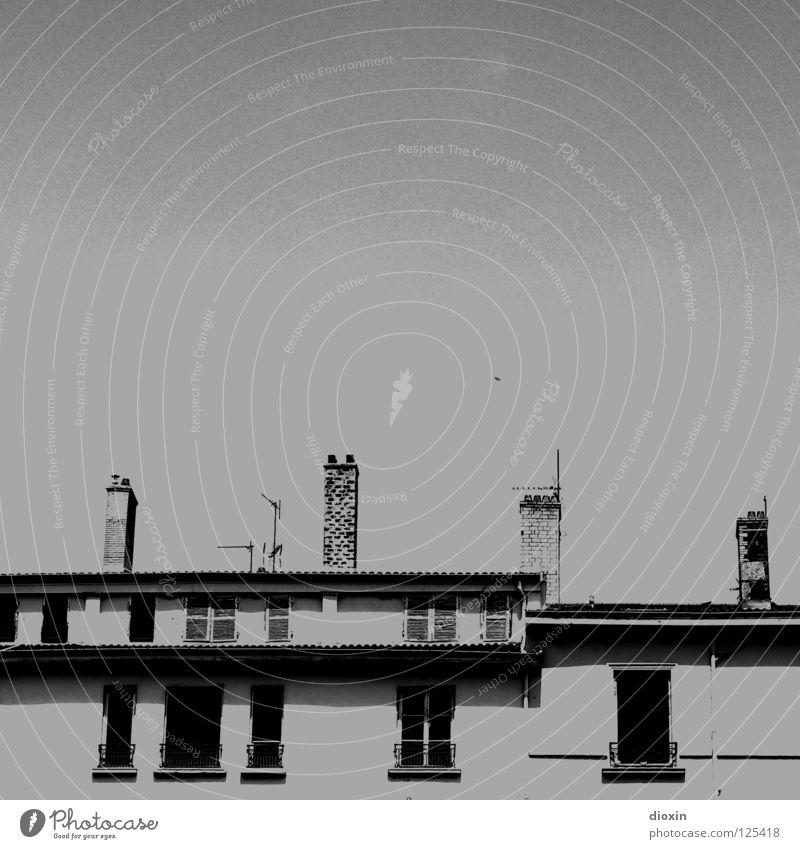 Les Toits De Lyon #1 weiß Haus schwarz Fenster grau Dach Frankreich Schornstein Antenne Stadthaus Fensterladen Lyon Dachgeschoss