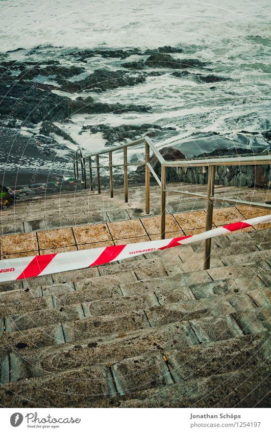 Teneriffa XLV Stadt Meer rot Strand dunkel kalt Reisefotografie Küste Stein Treppe Wellen ästhetisch Geländer Spanien Barriere Treppengeländer
