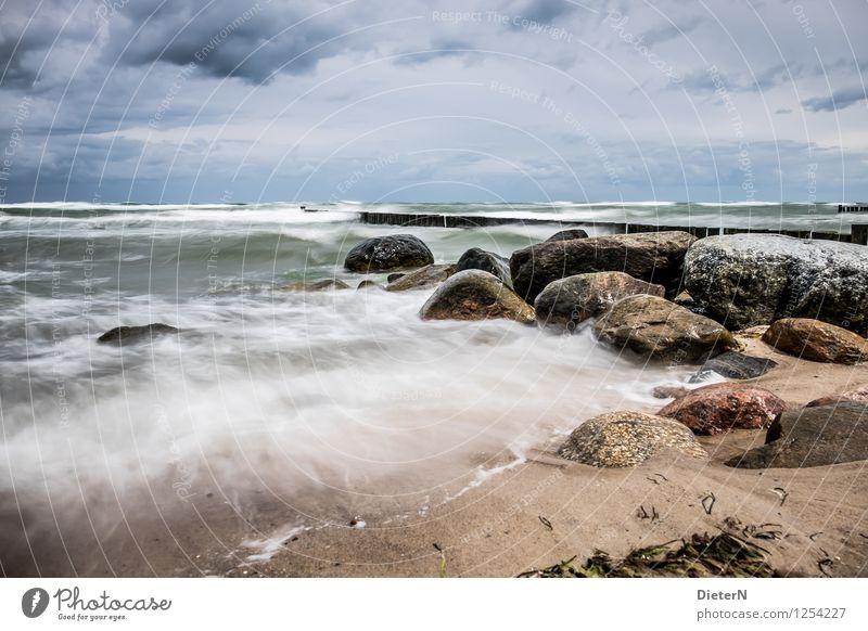 Wild Umwelt Landschaft Sand Wasser Himmel Wolken Wetter schlechtes Wetter Wind Sturm Wellen Küste Strand Ostsee Meer blau braun weiß wild wellig Buhne Stein