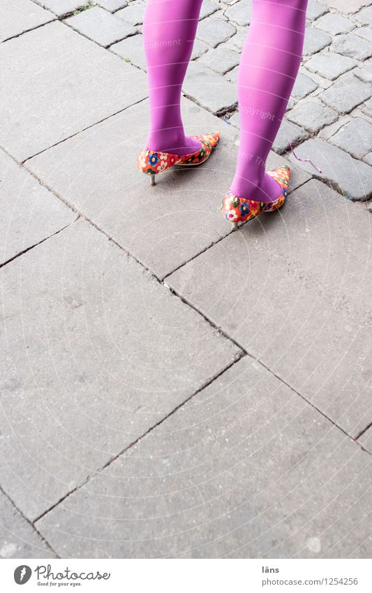 es kann los gehen... Freizeit & Hobby feminin Leben Beine 1 Mensch Stein Beton stehen außergewöhnlich lustig Freude Wege & Pfade Farbfoto Außenaufnahme
