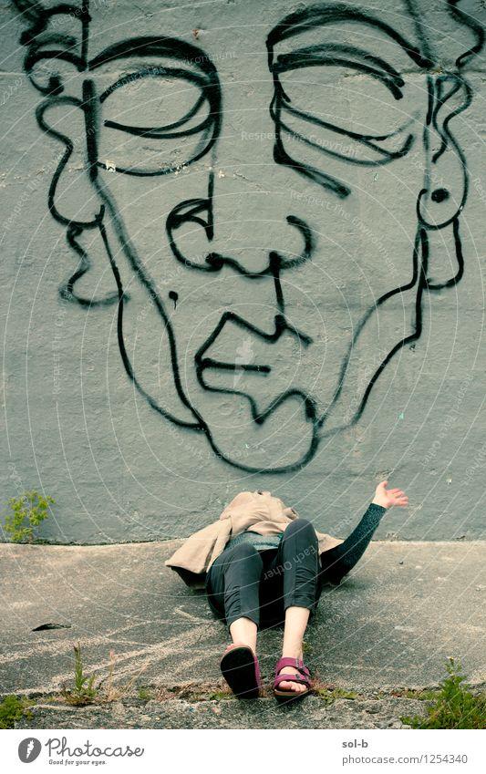 Yynsmthrs Mensch Jugendliche Stadt Sommer Junge Frau Erholung dunkel Wand Graffiti Wege & Pfade lustig Mauer Spielen Kunst liegen Kreativität