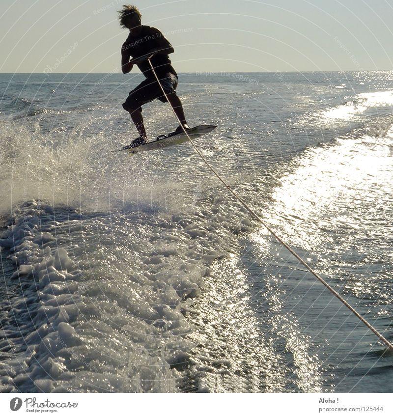 mitgezogen worden? Wasser weiß Sonne Meer blau Sommer Freude schwarz Sport Gefühle springen Spielen Freiheit Glück Haare & Frisuren Wasserfahrzeug