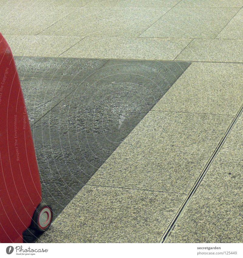rechts oben Ferien & Urlaub & Reisen Koffer rot Gleise Bodenbelag grau Abstufung geschäftlich privat trist Abend spät Fotografieren Menschenleer Quadrat Gepäck
