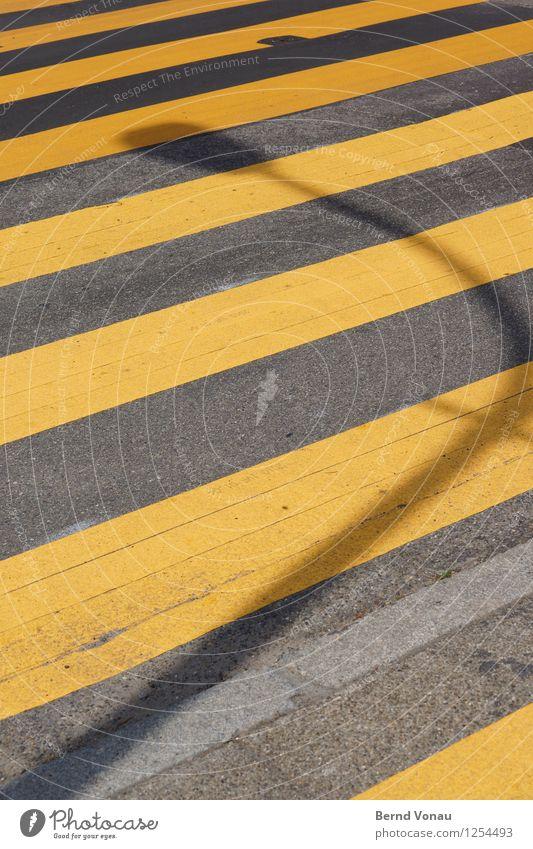 Für C/L Verkehr Verkehrswege Straße Wege & Pfade Verkehrszeichen Verkehrsschild Blick gelb Zebrastreifen Asphalt Lampe Bogen Kurve Neigung Linie liniert