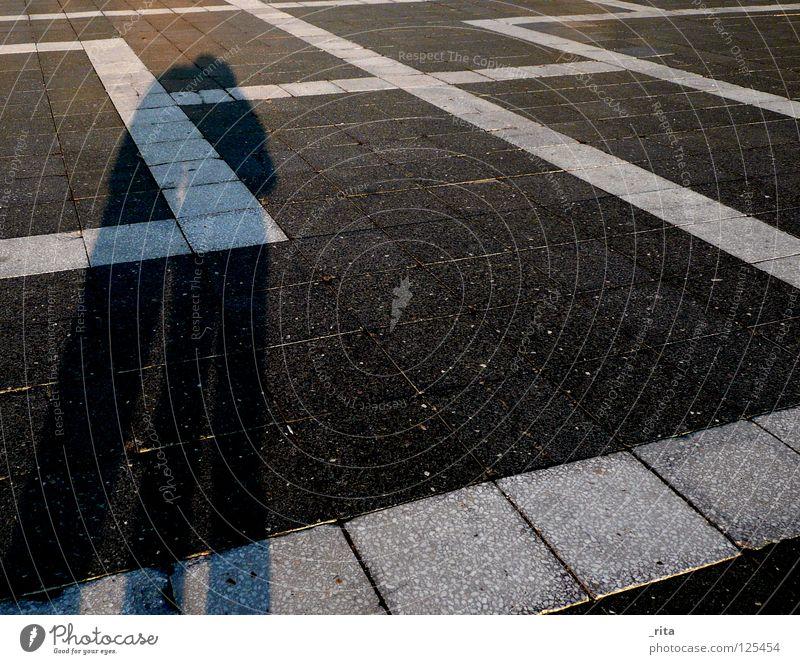 schattenglück Budapest Heldenplatz fließen schwarz weiß Sonnenstrahlen Sonnenuntergang 2 Zusammensein Liebe Schatten Glück
