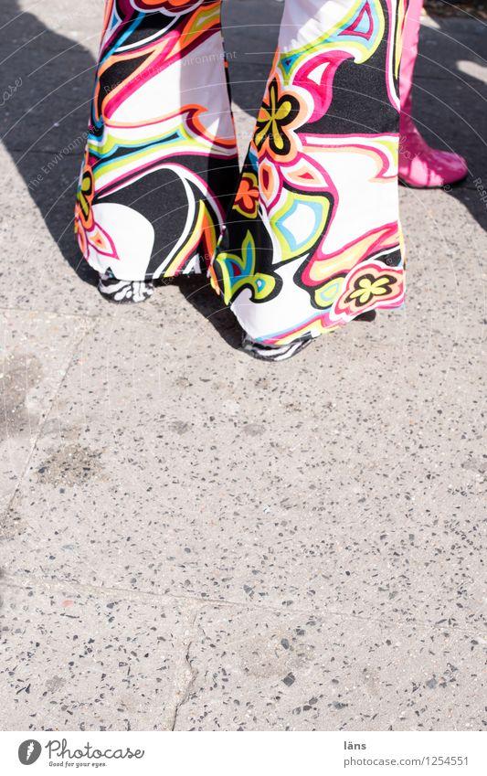 Hossa Straße Hose verkleiden Beine Mensch Partygast 68 Sechziger Jahre Siebziger Jahre Flowerpower Schlaghose feminin Blumenmuster Detailaufnahme Rückansicht