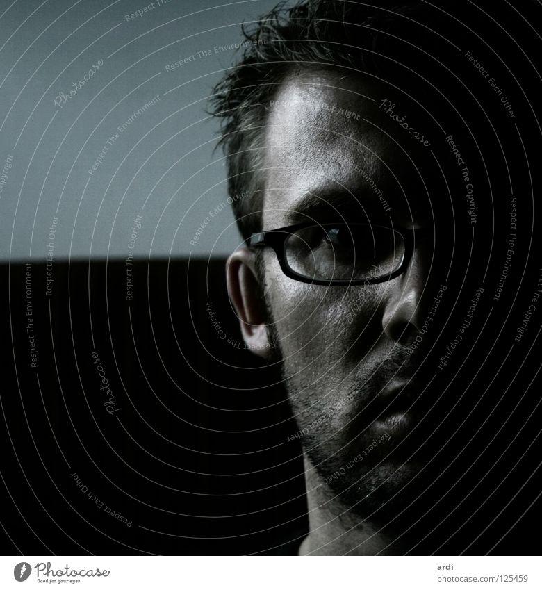 allein Mann Brille unrasiert Bart Entschlossenheit Einsamkeit Gedanke Nacht dunkel Mensch Gesicht Kontrast Bartstoppel Blick Angst Typ man face glasses contrast