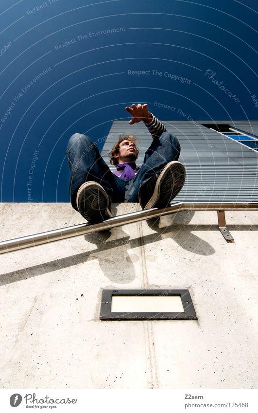 übersicht Vogelperspektive gemütlich Hand Chrom glänzend weiß Jeanshose Anpassung Wand Gebäude Mauer Mütze violett Schall Beton vorwärts blond Mann maskulin