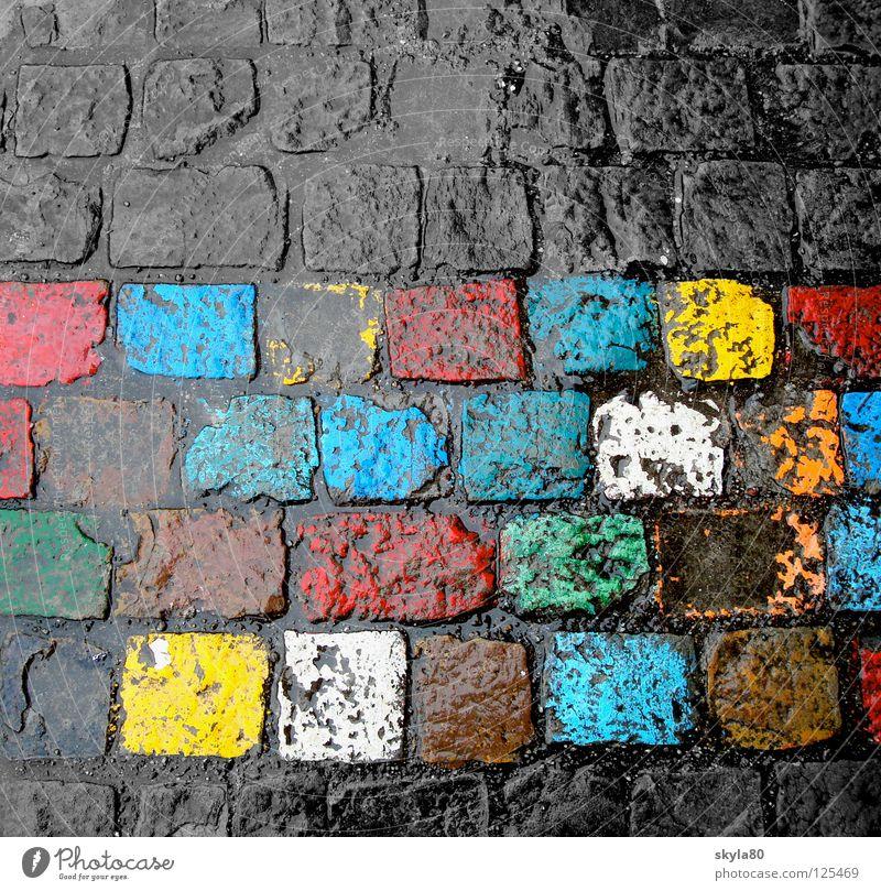Alltagsbunt blau Stadt grün Wasser Farbe rot gelb Stein Regen glänzend Kindheit nass Bodenbelag streichen Kopfsteinpflaster Kreide