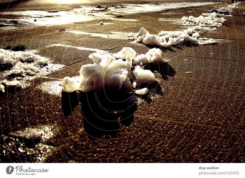 Es geht zu Ende Winter Schnee Eis gefährlich Teile u. Stücke Bürgersteig Glätte blenden Rest Steinplatten Tauwetter Rutschgefahr