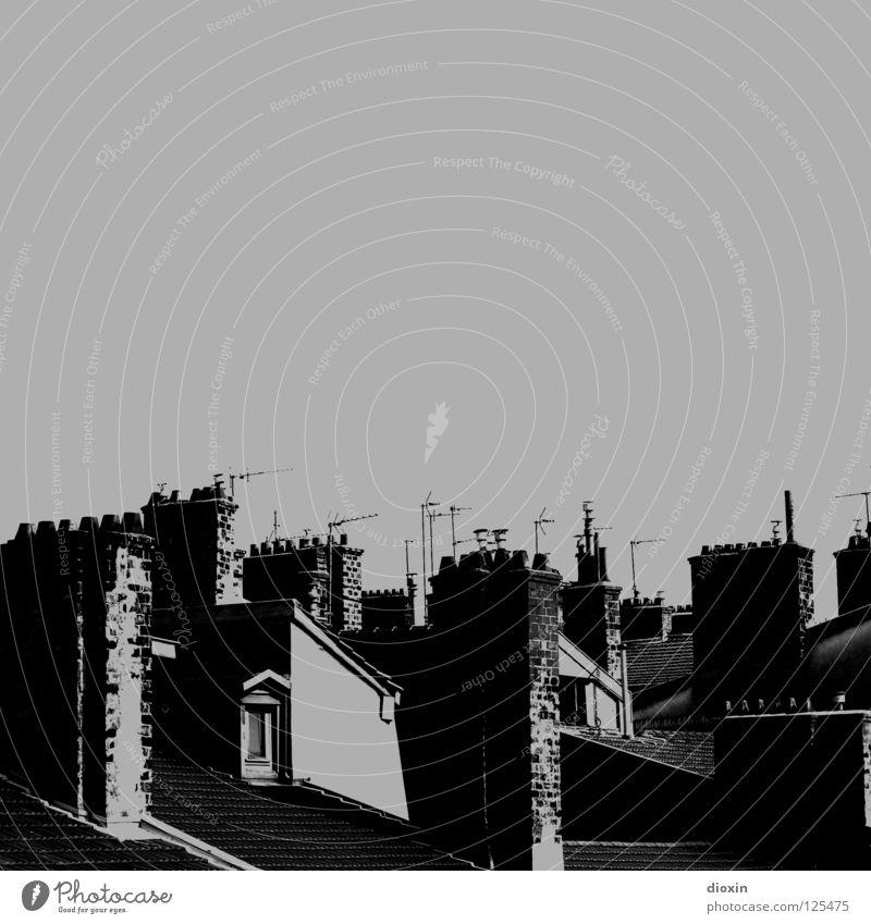 Les Toits De Lyon #2 schwarz weiß grau Dach Fenster Fensterladen Dachgeschoss Antenne Frankreich Haus Stadthaus Schwarzweißfoto black white Schornstein