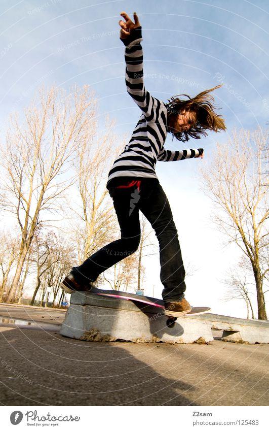 frontside boardslide Aktion Skateboarding Zufriedenheit Kickflip Salto springen gestreift Teer Beton Licht Baum Weitwinkel Jugendliche Sport Pfütze