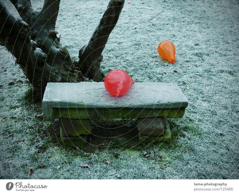 Kein Platz für uns beide Luftballon mehrfarbig knallig Kontrast Physik kalt Eis Winter Park Parkbank Sitzgelegenheit Wiese Steinbank Baum besetzen Einsamkeit