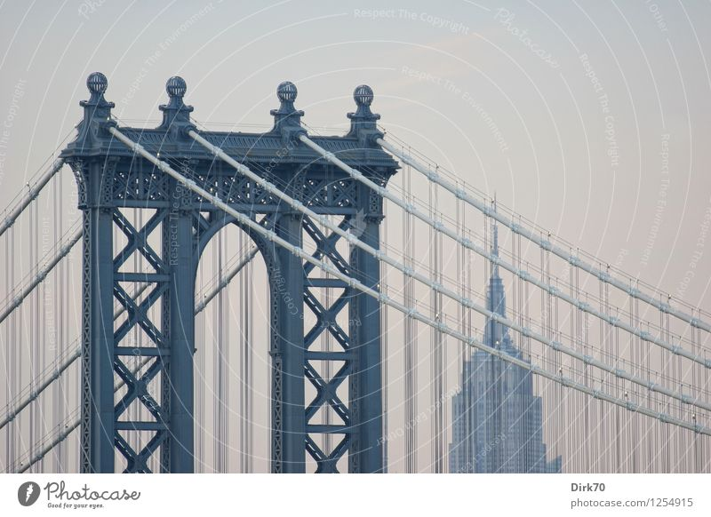 Zwei Ikonen Tourismus Städtereise Wolkenloser Himmel Sommer Schönes Wetter New York City Manhattan Brooklyn Hochhaus Brücke Bauwerk Gebäude Architektur Fassade