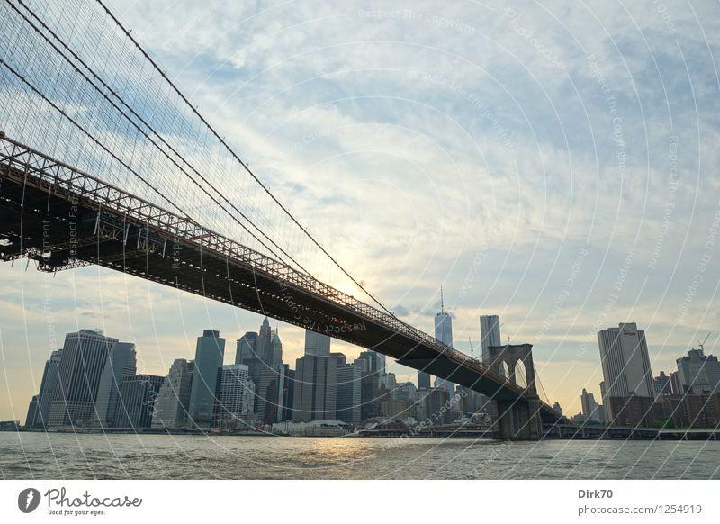 Manhattan Skyline - der Klassiker Himmel Sommer Wasser Sonne Wolken Haus Ferne Architektur Tourismus Hochhaus Erfolg Schönes Wetter einzigartig Brücke Macht