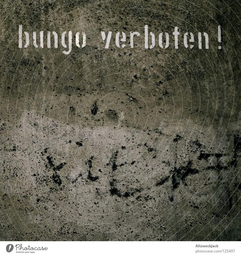 Lemming-Sperrzone Wand Stil grau Graffiti Design Beton leer Kommunizieren Schriftzeichen Buchstaben unten Barriere Verbote Putz Zauberei u. Magie Gesetze und Verordnungen