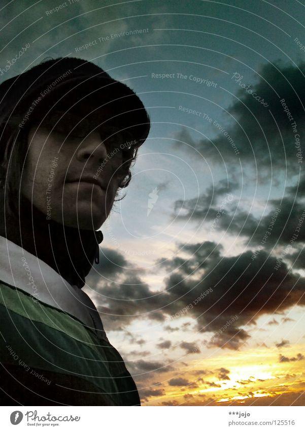 dramatiker. Sonnenuntergang Romantik Mann Selbstportrait Stimmung Himmel Wolken Beleuchtung dunkel Porträt Mütze Brille Sturm Jugendliche dramatisch sundown