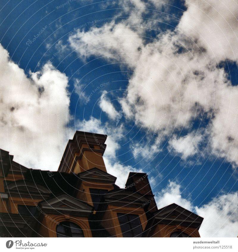 Blau-Weiß Himmel weiß blau Haus Wolken Farbe dunkel oben Fenster hoch Ecke analog Leipzig Scan