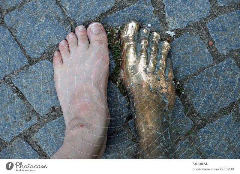 Füße - teilweise immobil Mann Sommer Freude Erwachsene Leben lustig Kunst Fuß glänzend maskulin Kraft stehen warten Kreativität Lebensfreude Coolness