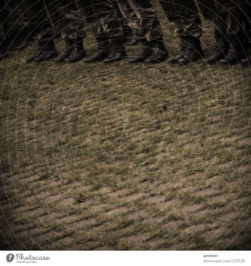 Stillgestanden! Mann grün schwarz Gras Kraft Kraft Sicherheit Ordnung Reihe Stiefel Fleck Tarnung Uniform Militärgebäude