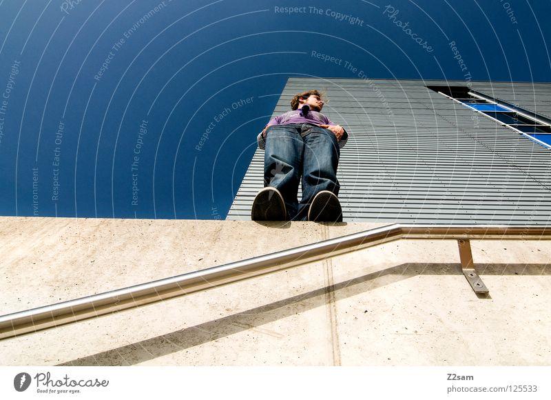 aussicht II Vogelperspektive stehen Hand Chrom glänzend weiß Jeanshose Wand Gebäude Mauer violett Schall Beton vorwärts blond Mann maskulin Jugendliche Lampe