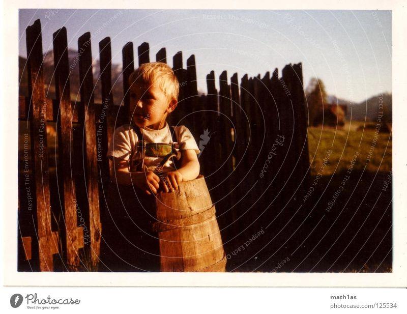 old-skool 1 Junge old-school Fass Zaun Wiese Holz Hemd Tracht Waldmensch blond Fence Himmel DDR 90 80 70 60 Krachlederne Bauernsohn Natur Landwirtschaft