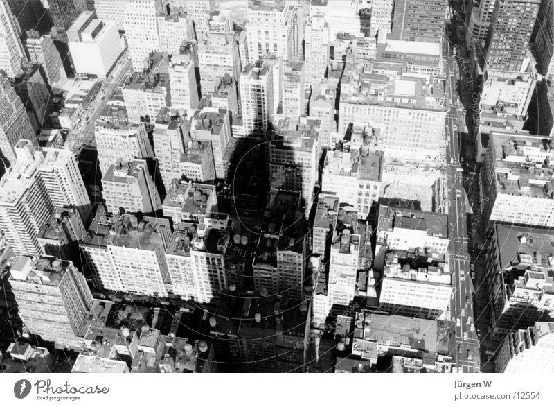 Shadow of the Empire New York City Hochhaus Ferien & Urlaub & Reisen empire state buildung Schatten Schwarzweißfoto wokenkratzer USA Straße hoch shadow building