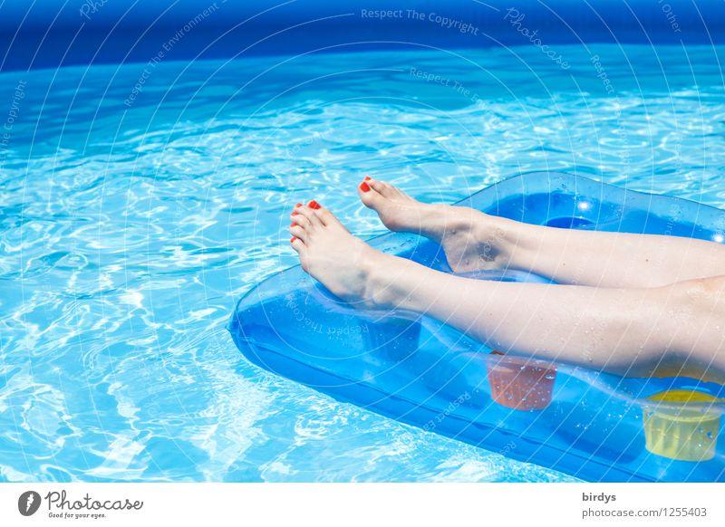 Im Pool Lifestyle Nagellack Wellness Wohlgefühl Erholung Schwimmbad Sommerurlaub feminin Junge Frau Jugendliche Beine 1 Mensch 13-18 Jahre Kind 18-30 Jahre