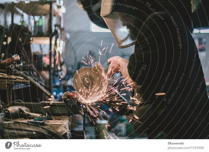 Metallschleifen auf Stahlersatzteil in der Werkstatt Behandlung Arbeit & Erwerbstätigkeit Fabrik Industrie Werkzeug Säge Technik & Technologie Geschwindigkeit